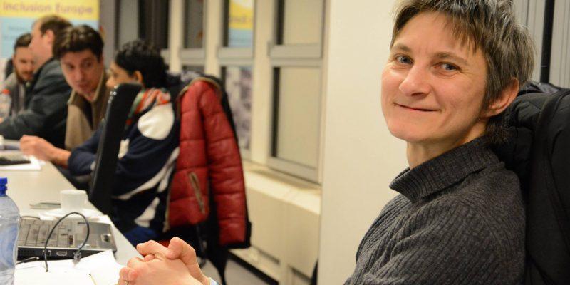Senada Halilcevic se gira y sonríe en una reunión