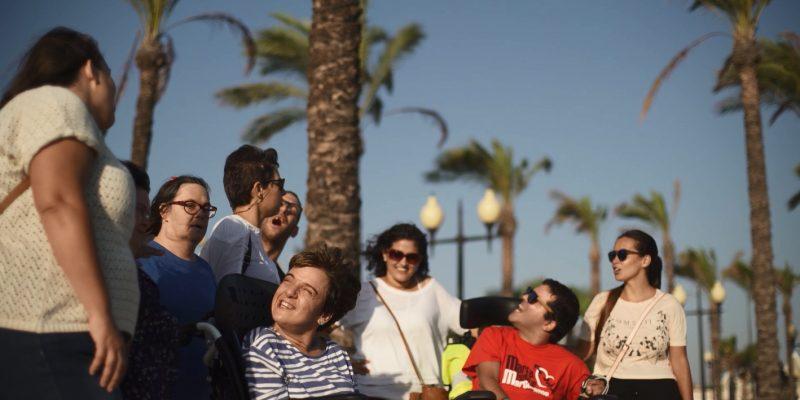 Un grupo de personas con discapacidad da un paseo