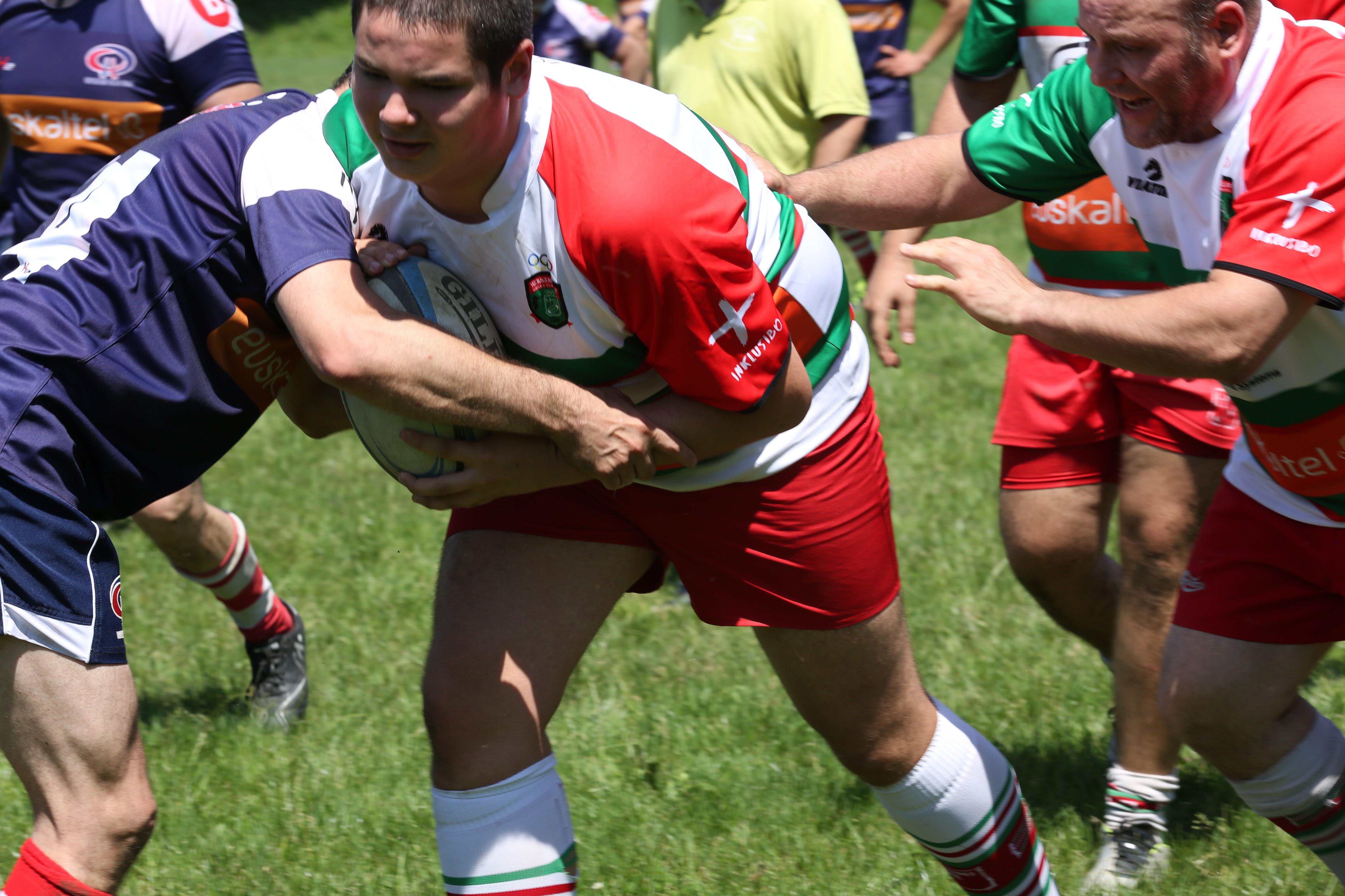 Un grupo de personas juega al rugby