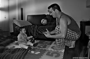 Un adulto juega con un bebé a la pelota