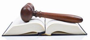 Mazo de juez sobre libro