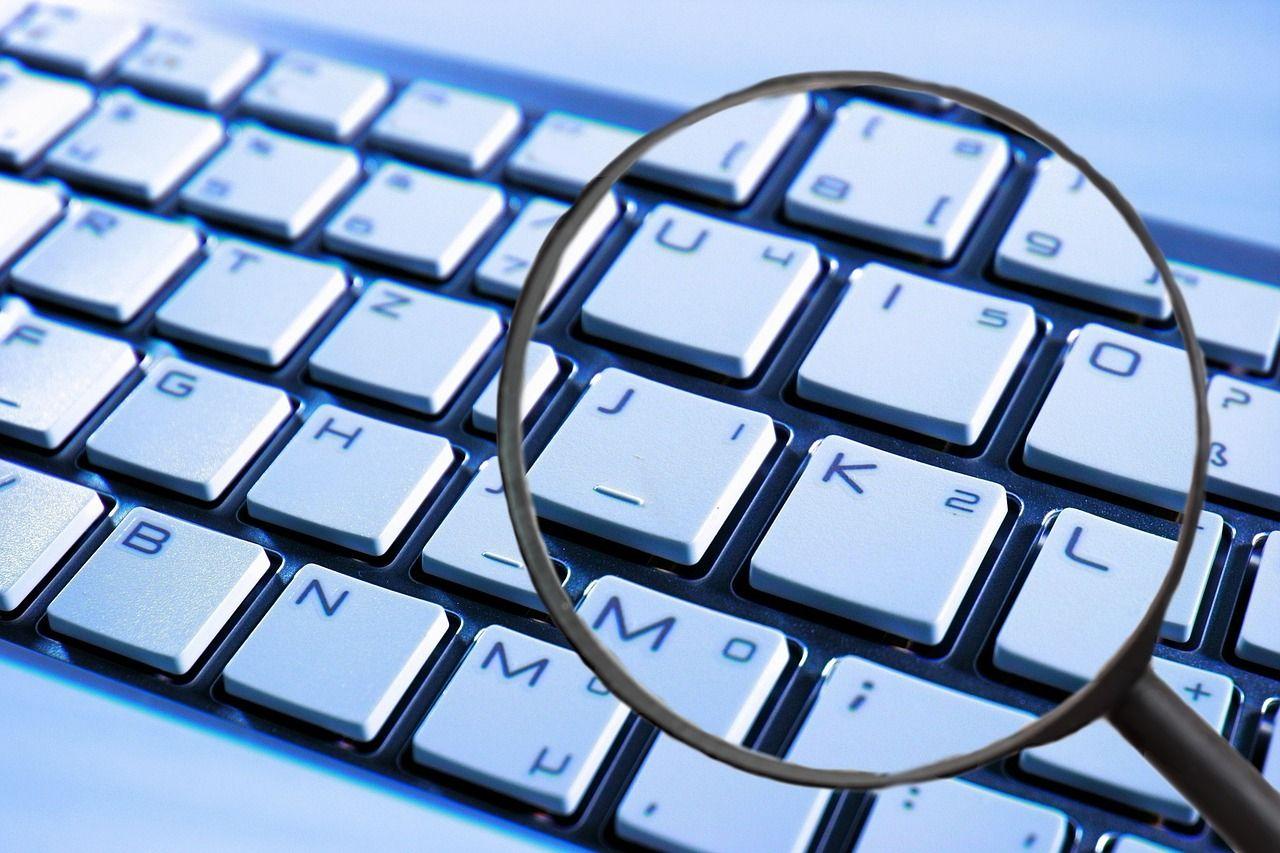 lupa sobre teclado de ordenador