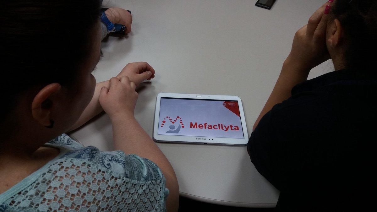dos personas usan Mefacilyta en su tablet