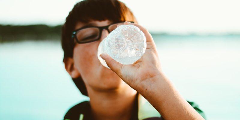 Una persona bebe agua
