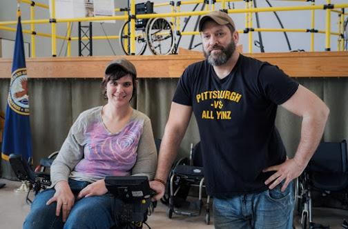 Matt Landis con una compañera que usa silla de ruedas