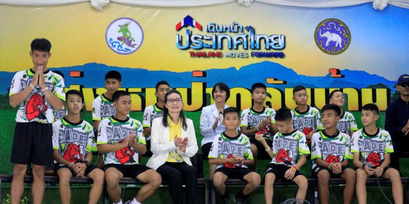 Niños del equipo de fútbol durante una rueda de prensa