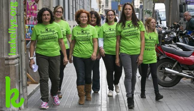 Grupo de mujeres con una camiseta verde anda por la calle