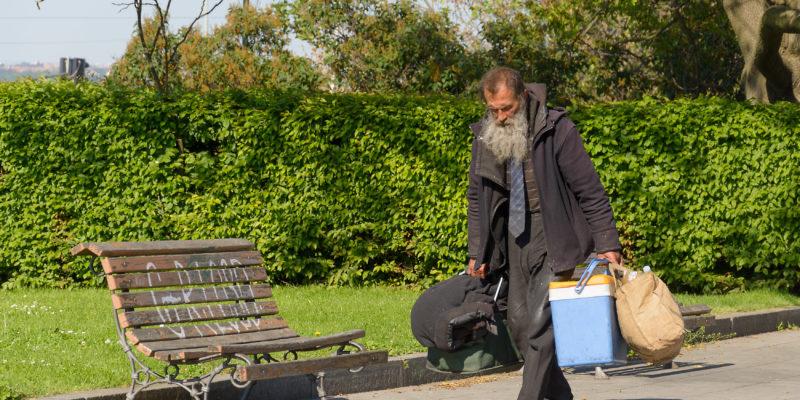 Persona sin hogar en un parque