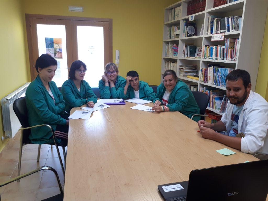 Grupo de personas del club de lectura de ASPADEZA sentadas en una mesa