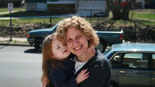 Niña abrazando a una madre