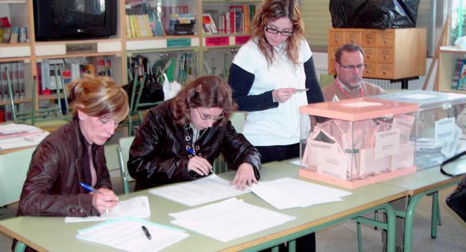 personas en una mesa para votar