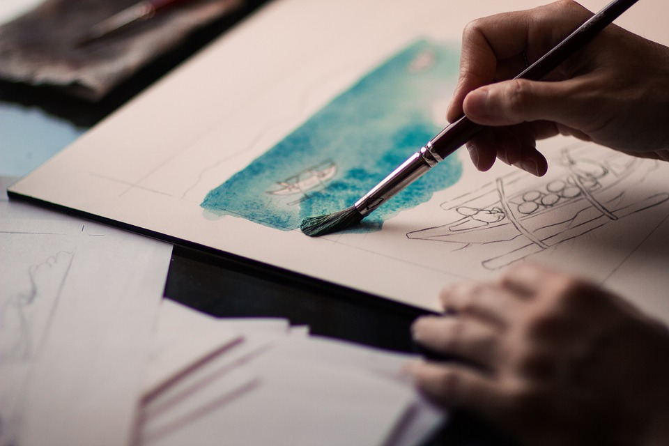 una manos usan un pincel para pintal