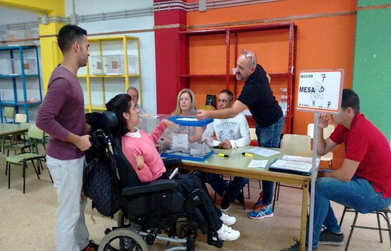 una persona con discapacidad vota
