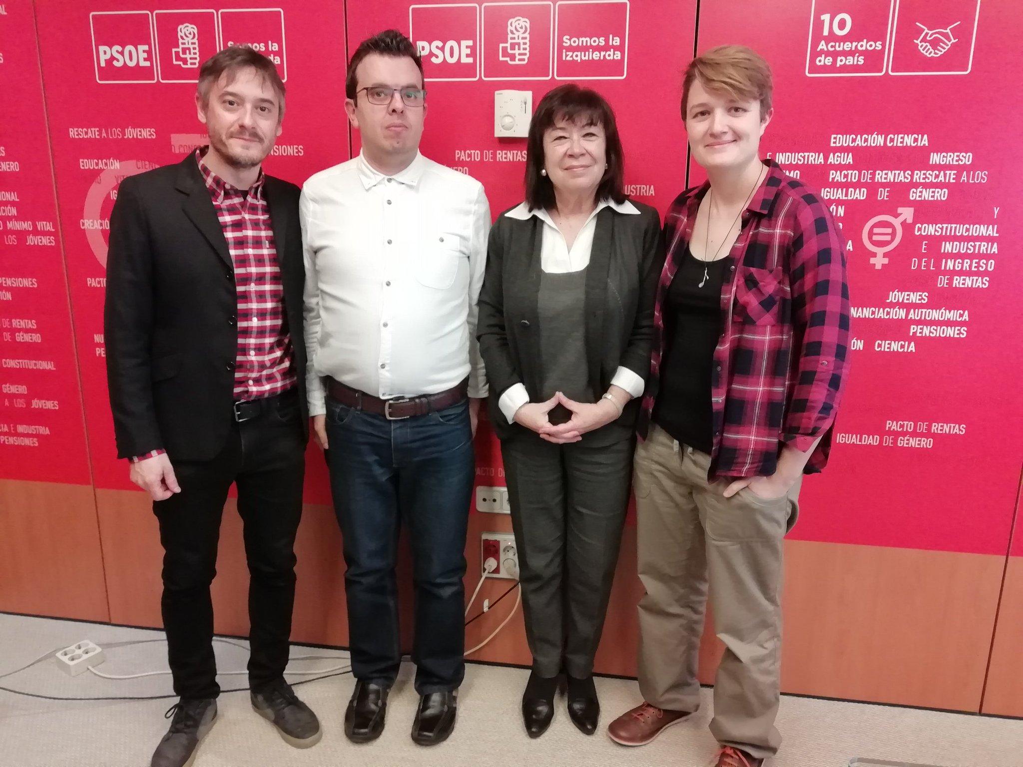 Fermín Núñez, Antonio Hinojosa, Cristina Narbona y Olga Berrios con un fondo con el color y siglas del PSOE