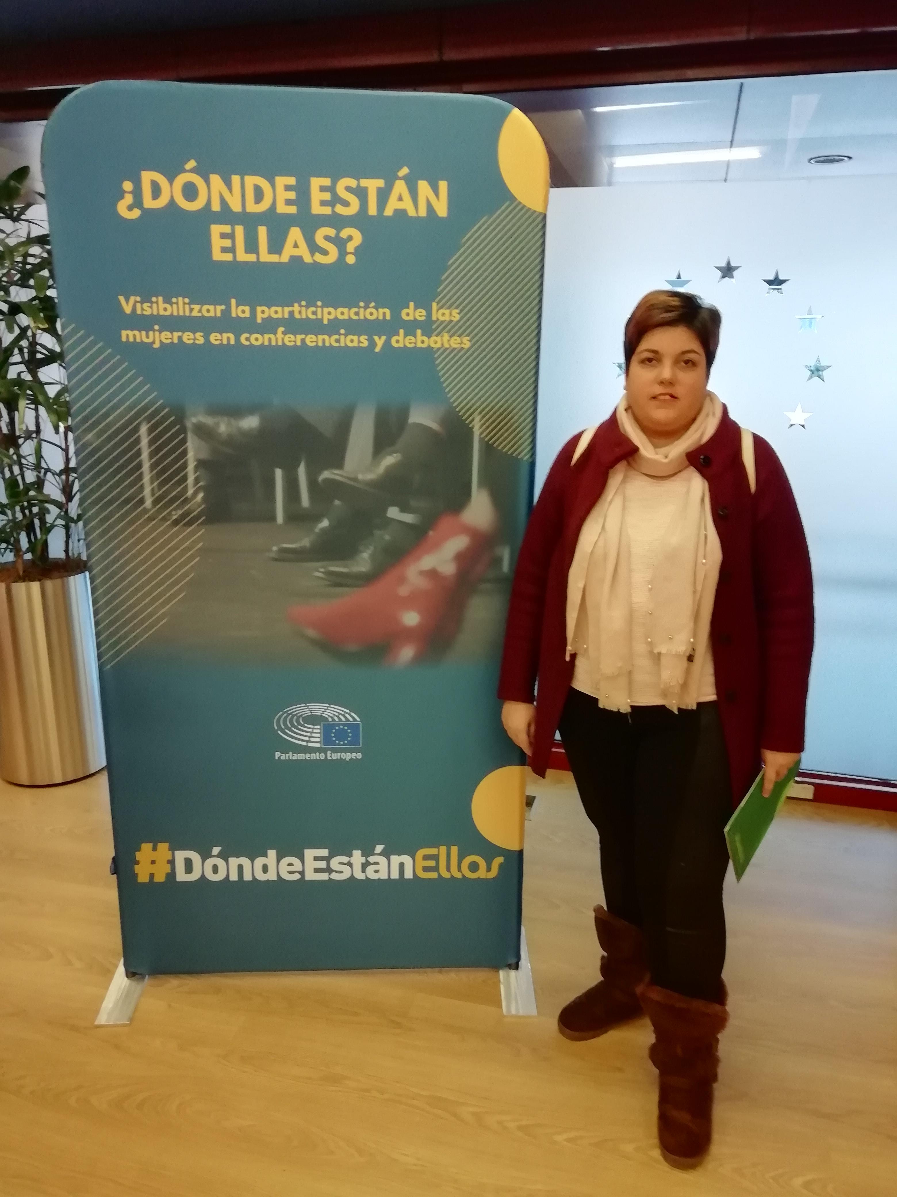 Maribel Cáceres ante la imagen del proyecto.