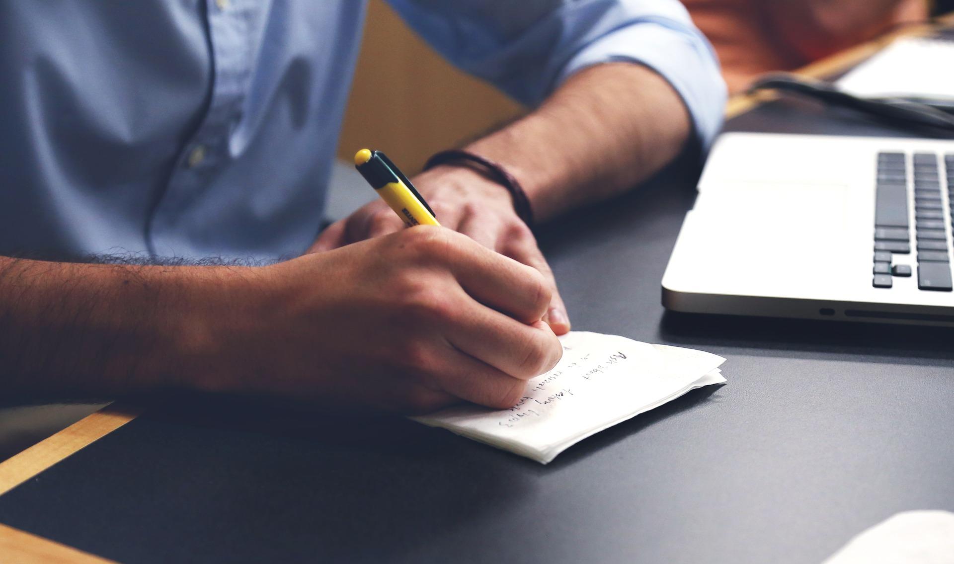 una persona escribe