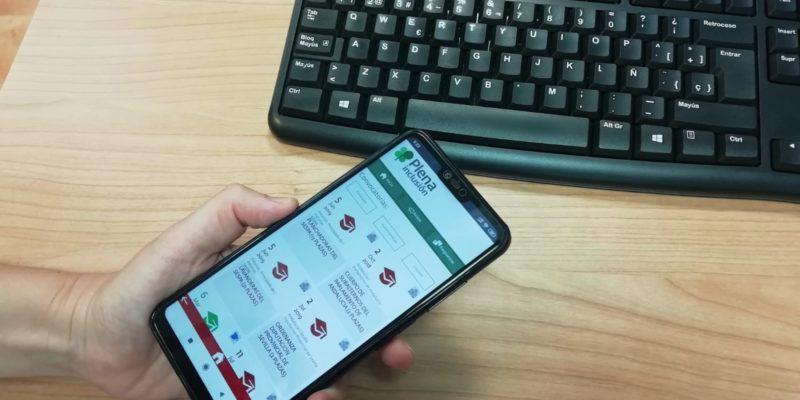 mano con móvil con la app empleo público