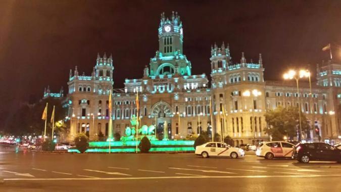 Ayuntamiento de Madrid iluminado de verde