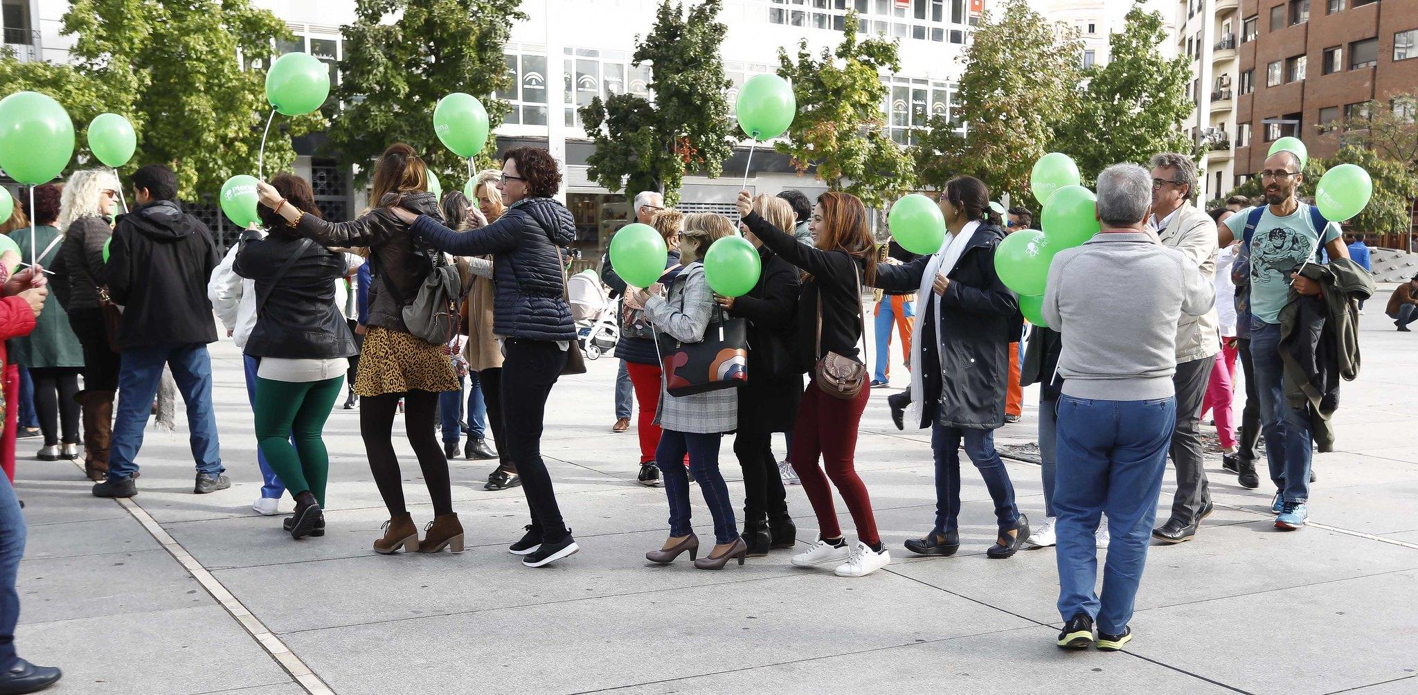 personas con globos verdes