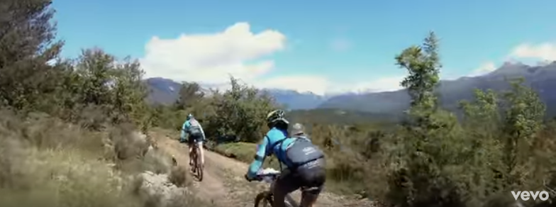 dos personas en bicicleta por una montaña