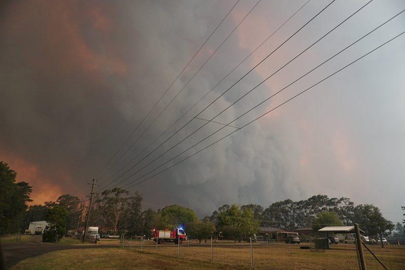 nube de humo y camiones de bomberos en Australia