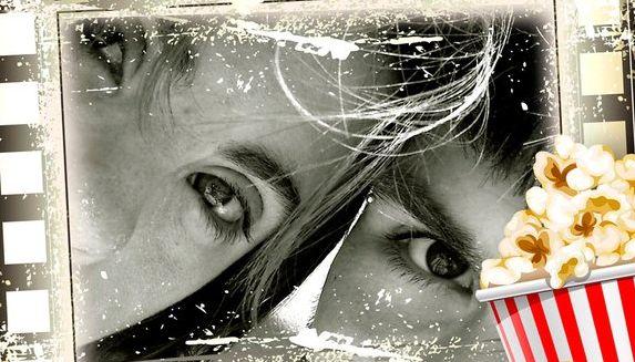 ojos de 2 personas en película de cine y palomitas