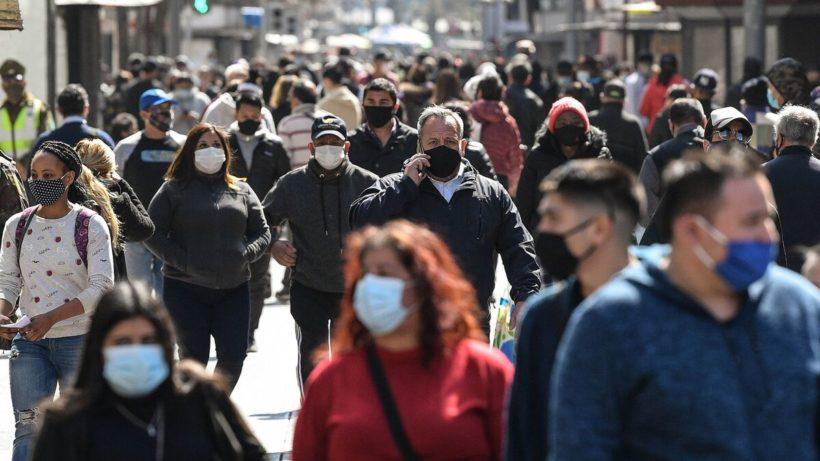 Personas con mascarillas en la calle