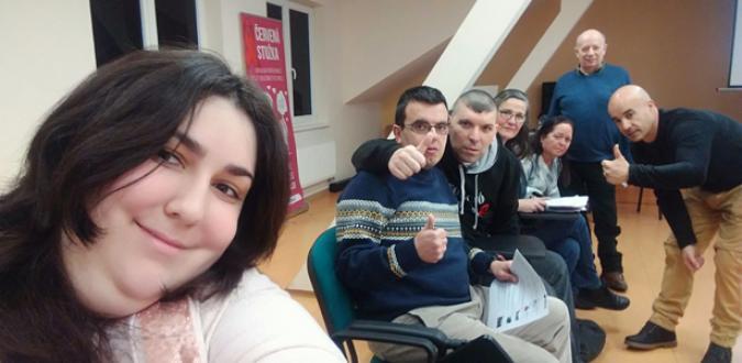 grupo de personas haciendo el gesto de ok con las manos