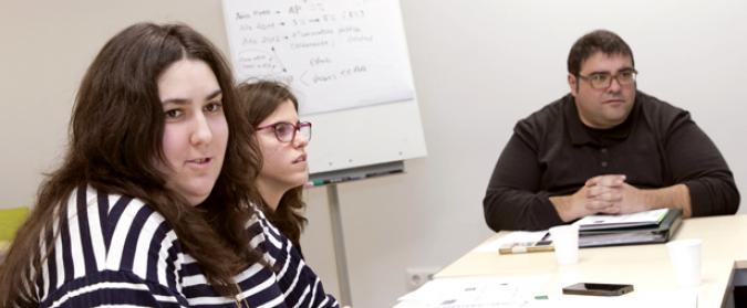 Cristina Paredero con dos personas más de GADIR al fondo