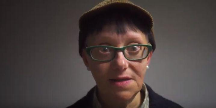 Una mujer menuda, con gafas y gorro