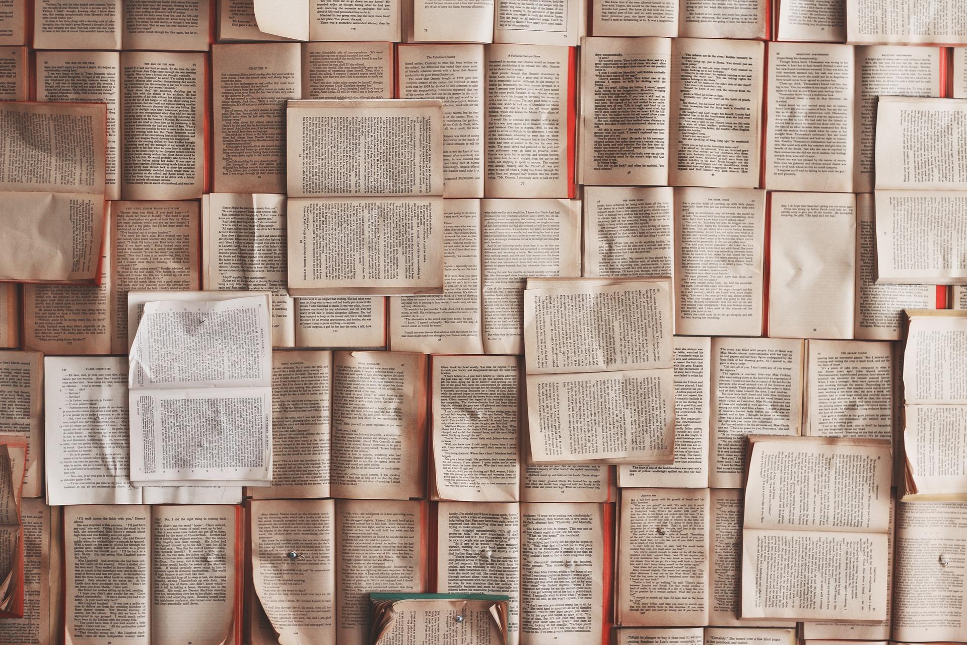 muchos libros abiertos